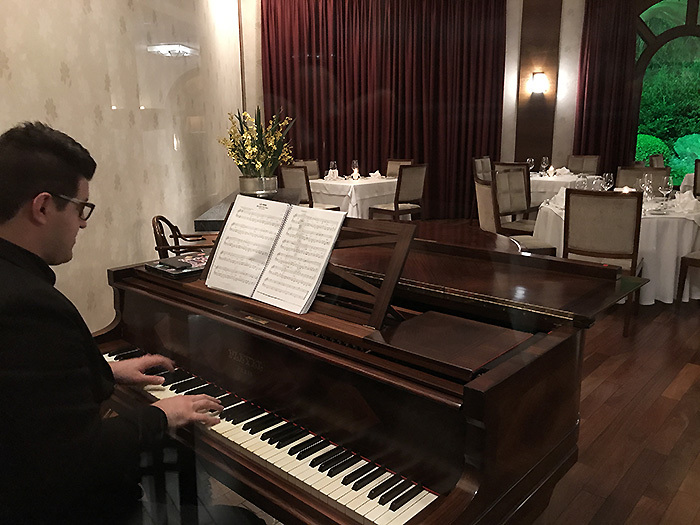 Sidney, o pianista do restaurante Araucária