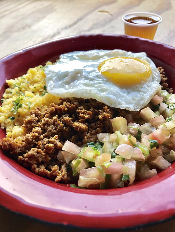 Baixaria, um prato de cuscuz com carne moída, ovo frito e saladinha de tomate